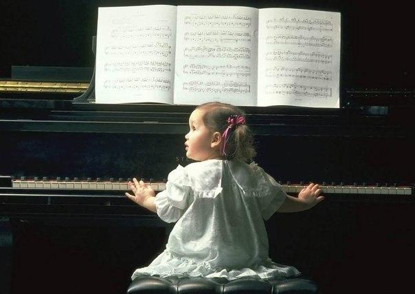 «Эффект Моцарта» был открыт в конце ХХ века. Ученые установили, что прослушивание произведений Моцарта очень положительно сказывается на развитии интеллекта малыша. По утверждению исследователей, классическая музыка не только успокаивает и умиротворяет, но и способствует развитию внимания и творческих способностей. Дети, слушающие Моцарта в нежном возрасте, становятся умнее.