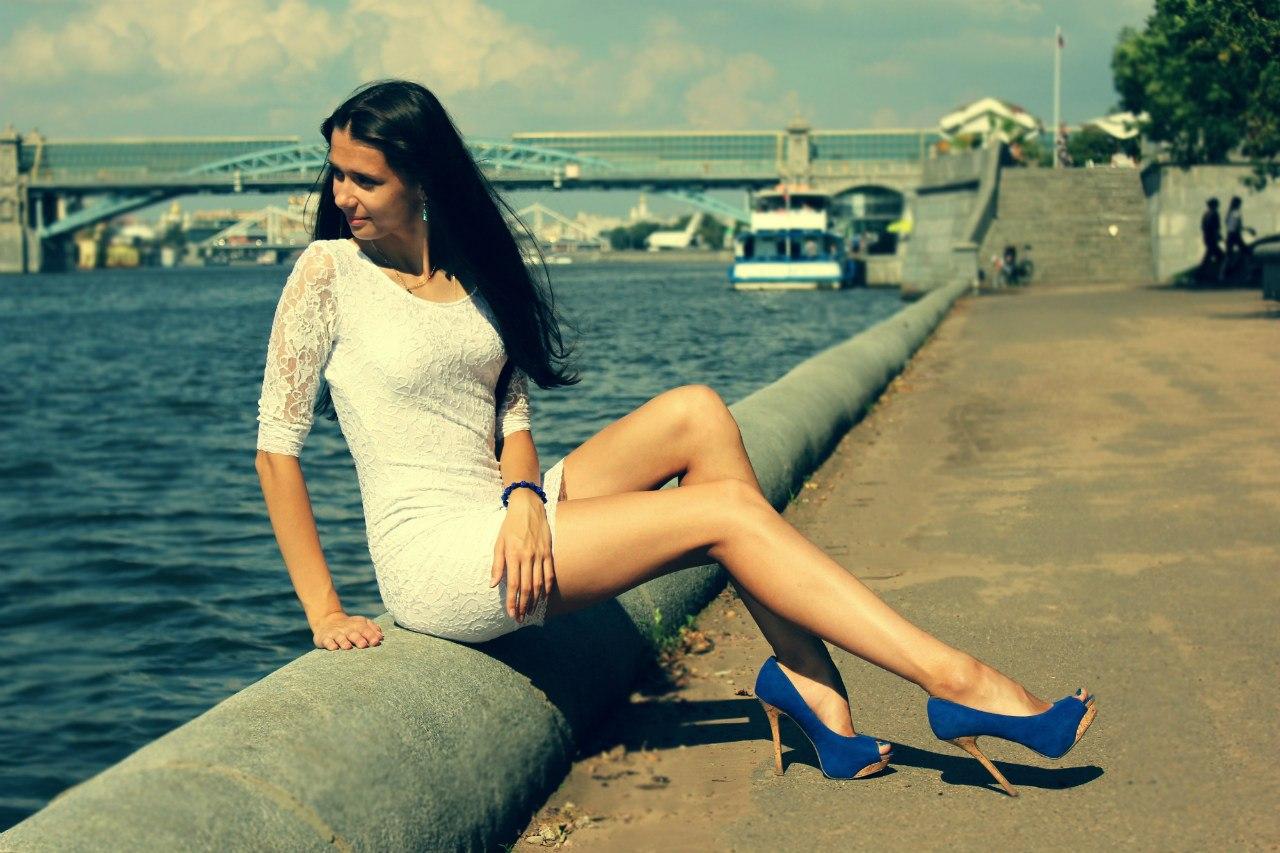 Девушка в белом платье на берегу реки