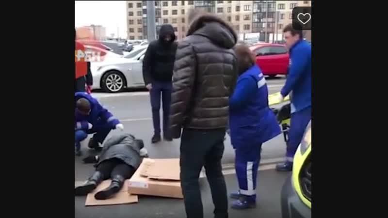 Видео с места наезда внедорожника в Петербурге на мать с двумя детьми