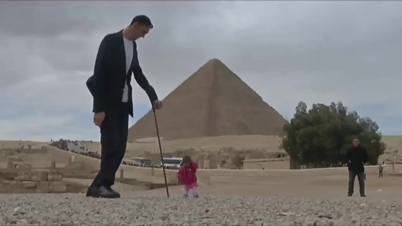 Самый высокий мужчина в мире прогулялся с самой маленькой женщиной