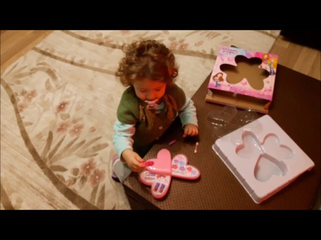 Yeni Alınan Oyuncak Makyaj Setine Çok Sevinen Küçük Kız