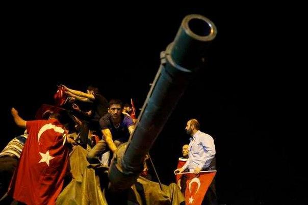Один из участников путча в Турции предложил взятому в плен начальнику штаба сухопутных войск поговорить напрямую с их лидером Фетуллахом Гюленом, заявил Эрдоган: http://ria.ru/world/20160723/1472719231.html