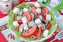 Салат с помидорами, перцем и сыром фета