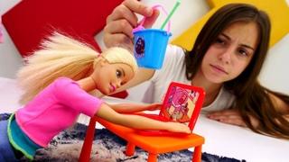 Видео для девочек - Барби играет в компьютер - Игры в куклы
