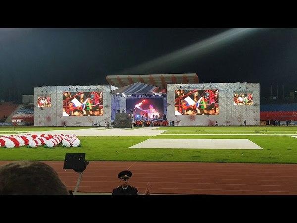 Весь стадион сканирует