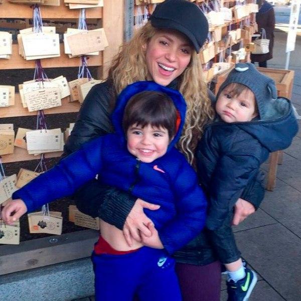 Шакира её возлюбленный Жерар Пике и их сыновья Милан и Саша ...Счастливая Семья