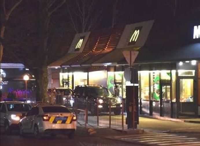 В Николаеве в очереди к McDonald's произошла стрельба, есть раненый