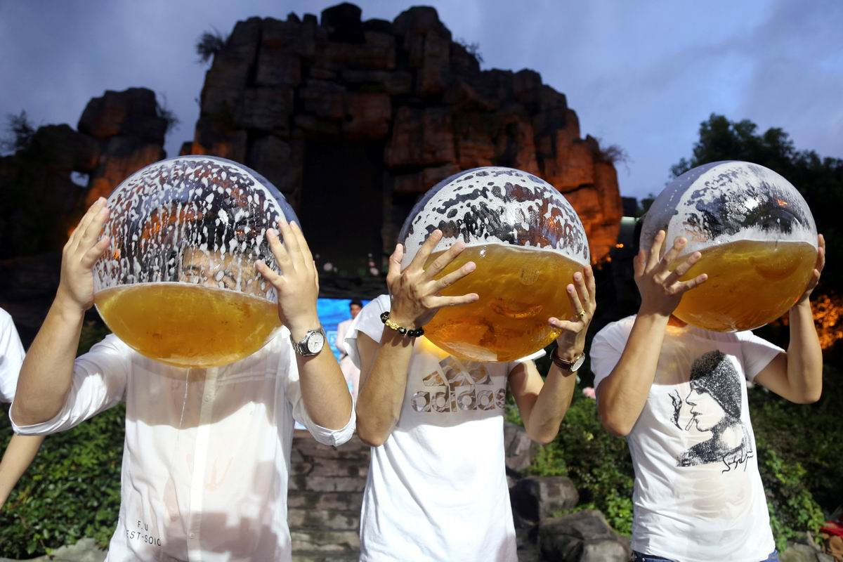 Только бы не захлебнуться: На китайском конкурсе по скоростному выпиванию больших объемов пива