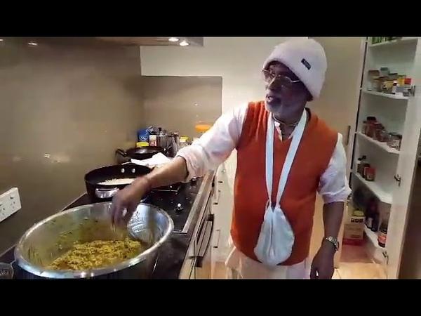 Шрила Гурудев готовит Божествам. Австралия, 14.10.2015