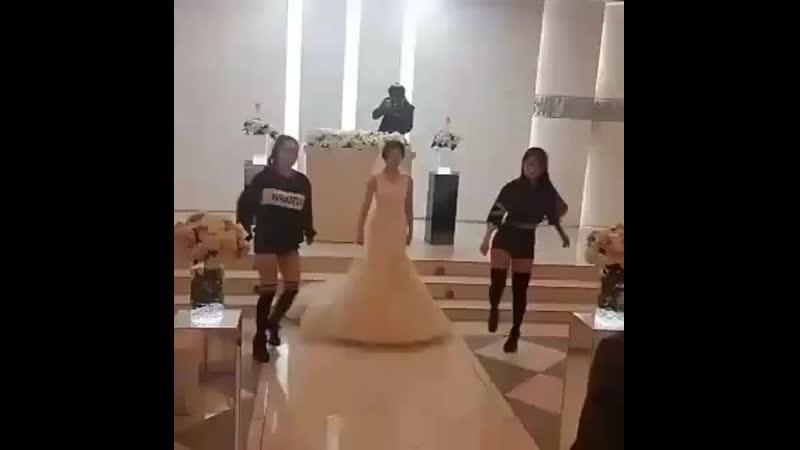 Окей эта девушка реально станцевала Boombayah на своей свадьбе She is genius I cant mp4