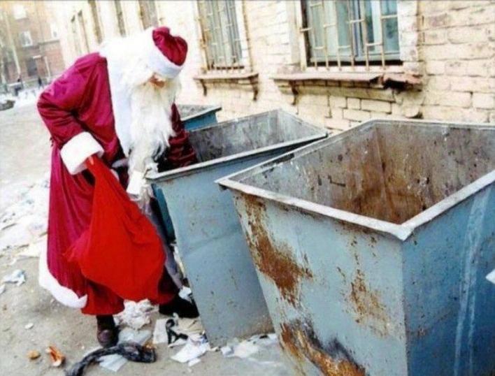 Тем временем, дед мороз собирает подарки для тех, кто плохо себя вёл