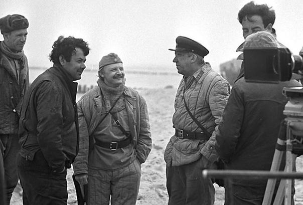 Юрий Никулин и Михаил Кононов на съёмках фильма «Двадцать дней без войны»Смотрели это кино