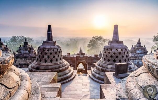 Боробудур - древнее сооружение, сравнимое с пирамидой Хеопса, по высоким технологиям строительства Боробудур представляет из себя буддийскую ступу, вместе с храмом и находится в Индонезии,