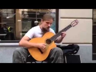 Уличный музыкант гитарист. Виртуозная игра на гитаре