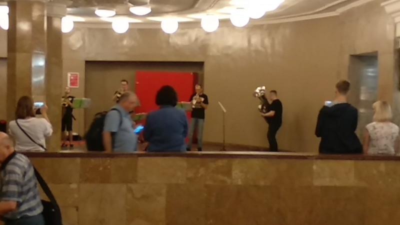 Классный пятничный концерт в московском метро, на станции Комсомольская-радиальная 🎺🎻🥁