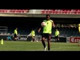 Роналдиньо пасуется с перекладиной
