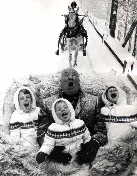 «Король триллера» Альфред Хичкок с внуками ловит ртом снежинки (1960 год)