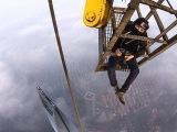 Российские экстремалы залезли на 650 метровую башню в Шанхае    Shanghai Tower 650 meters   YouTube