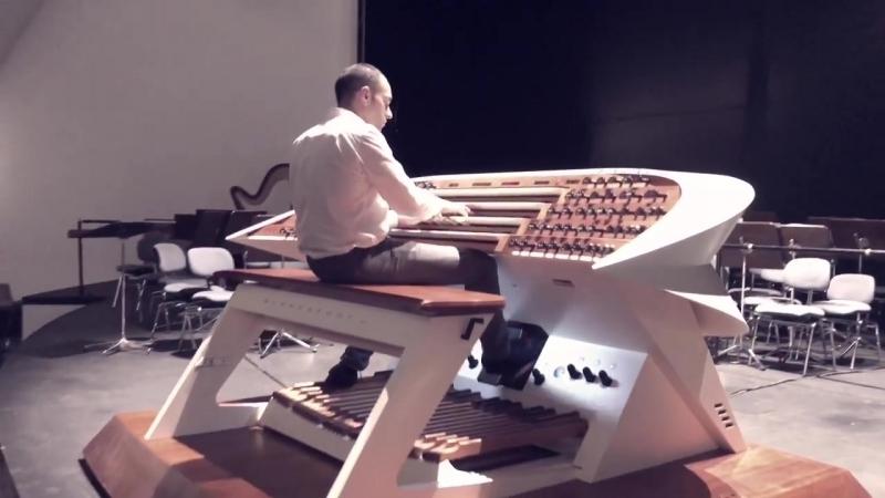 Juan de la Rubia en el órgano Blancafort del Auditorio de Tenerife