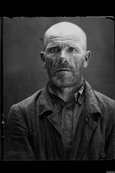 Портреты жертв сталинских чисток. Сколько людей было убиты в ходе сталинских чисток, точно не известно. По оценкам историков, число погибших превышает один миллион. На пике репрессий в 1937-38