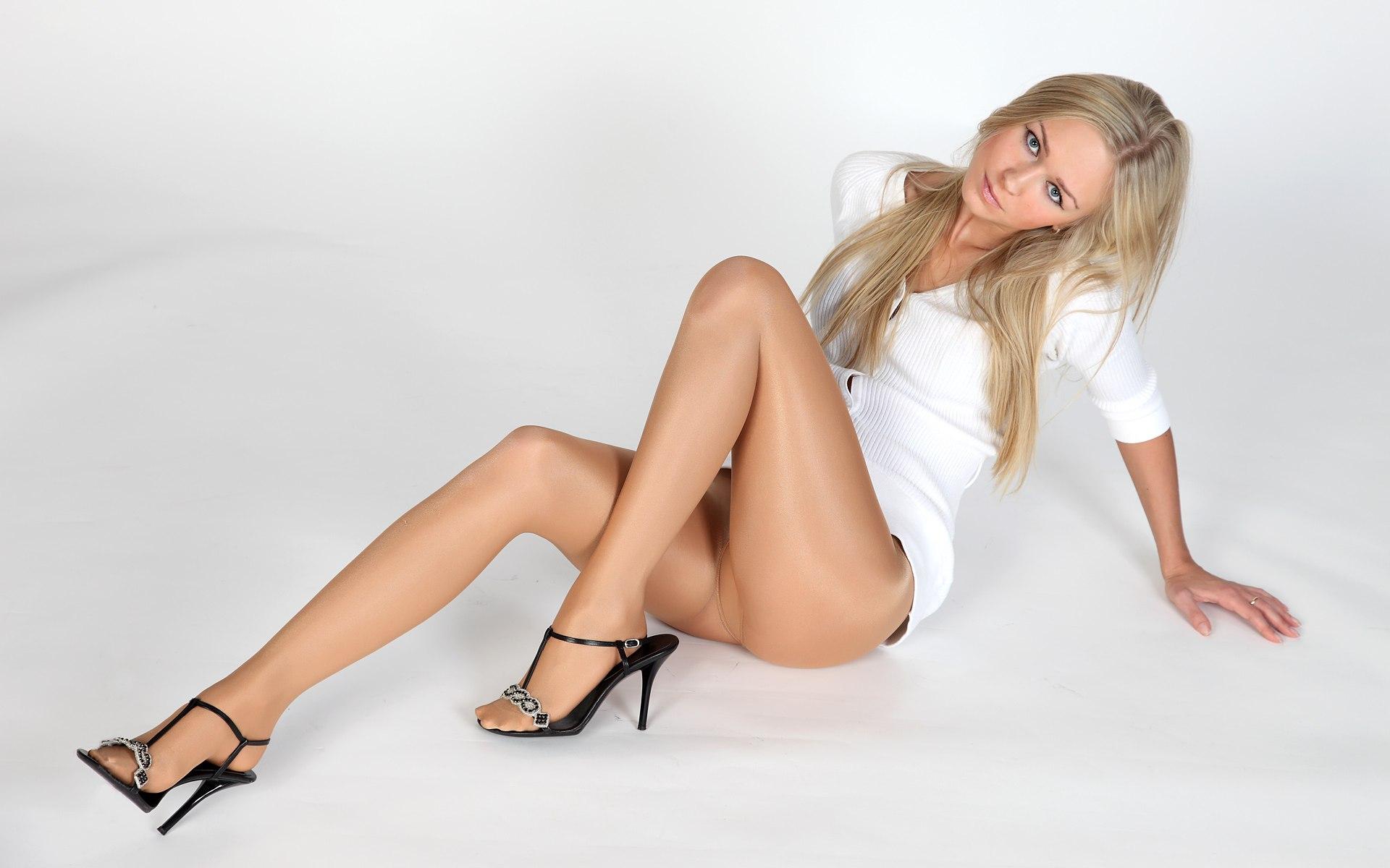 Стройные ножки в чулках 9 фотография
