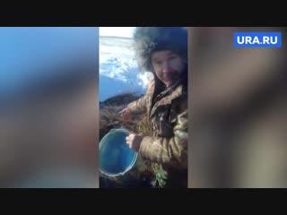 Жители Казахстана ведрами собирают спирт на месте аварии со спиртовозом