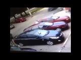 Жена сковородкой разбила неверному мужу авто
