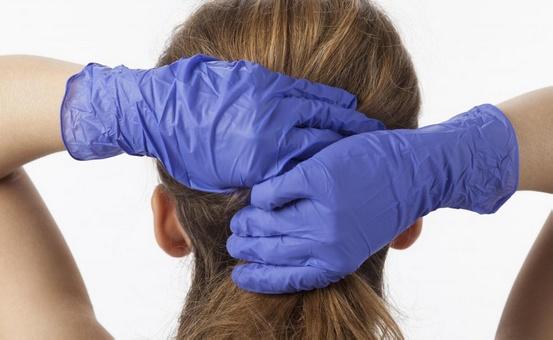 При окрашивании волос в стойкий цвет рекомендуется надевать перчатки, чтобы не испачкать руки.