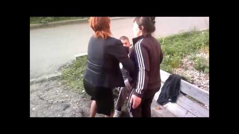Женщина бьет парня быдло жжот Лезит в драку с маленьким ребенком ужас