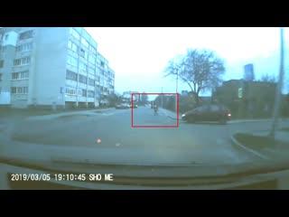 Как дети перебегают дорогу в Бресте на ул. Осипенко