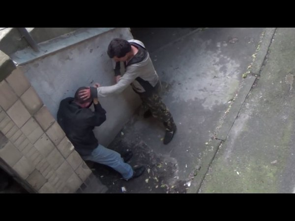 Драка бомжей в Киеве. Обоссал дом