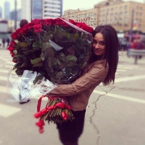 Ведь девушка с букетом цветов