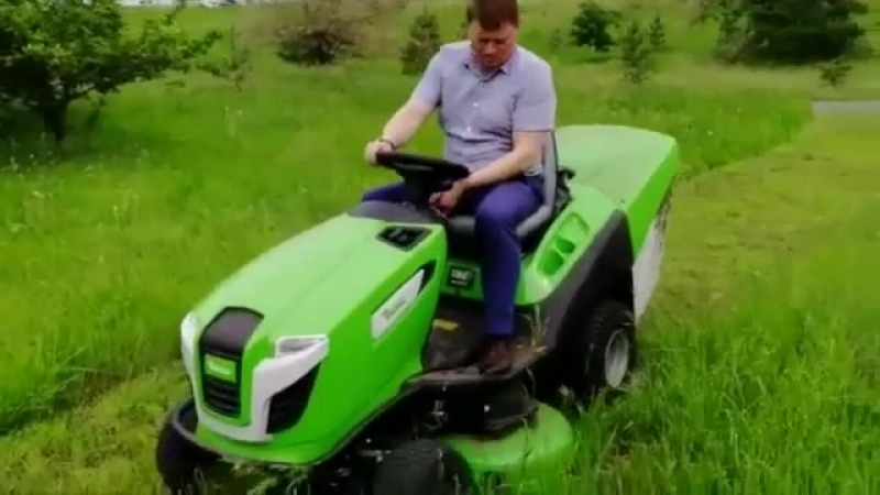 Сергей Еремин на газонокосилке