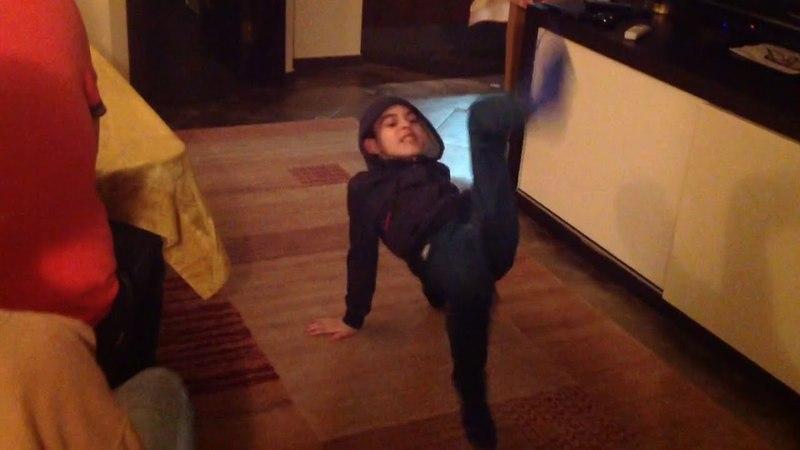 Андрей танцует под собственные электронные сочинения