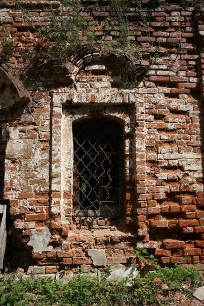 Красивая решётка. Жаль таких такого каскада арок в окнах не делают. Только на входной группе старых храмов. Вот, например, вход в храм Покрова на Нерли: https://vk.com/photo16174219_401741890  Окна делают проще, так как их не закрыть