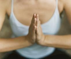 5 упражнений для укрепления мышц груди после родов 1. Встаньте прямо, соединив ладони прямо перед собой на уровне груди. Сильно сдавливайте ладони используя для этого грудные мышцы. Расслабьтесь и опустите руки. Повторите это упражнение 7-8 раз. Для усиления упражнения используете при сдавливании теннисный мячик. 2. Не меняя исходной стойки, сцепите руки перед грудью в замок. Пытайтесь «разрывать» этот замок, растягивая руки. Пытайтесь выполнять упражнения с постепенным усилением, чередуя с…