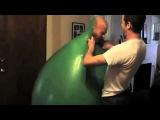 Как упаковаться в большой надувной шар (Прикол 2013)
