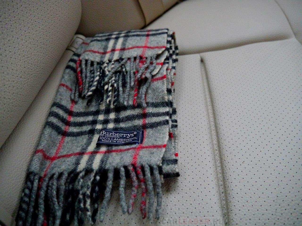 Искусственная перфорированная кожа Mercedes-Benz E 2014 греет зимой не хуже, чем оригинальный шарф Burberry из натуральной овечьей шерсти.