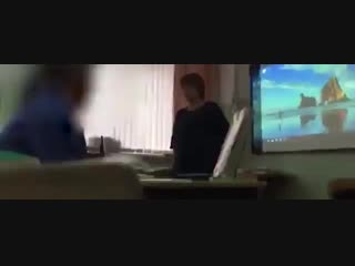 Учительница довела до слез девочку из-за дырки на одежде