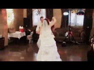 Прикольный первый свадебный танец молодоженов.