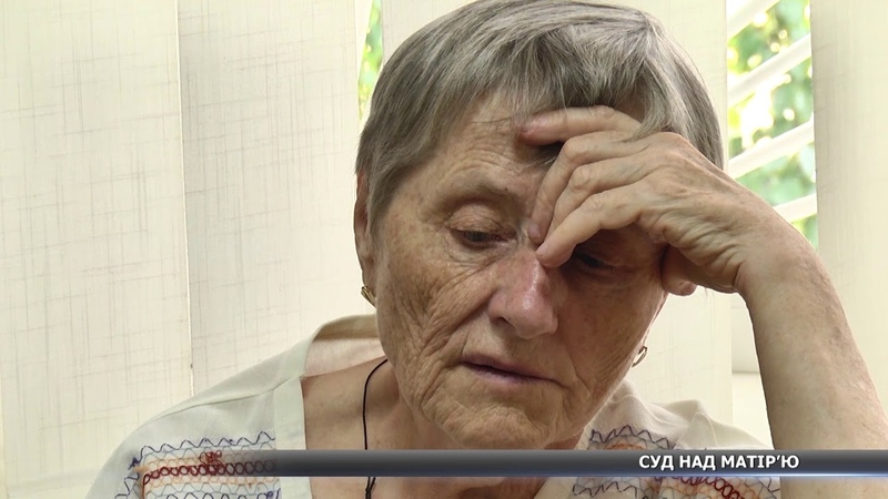 Жінку, що тягала за волосся власну дитину, шукають в Україні та за її межами