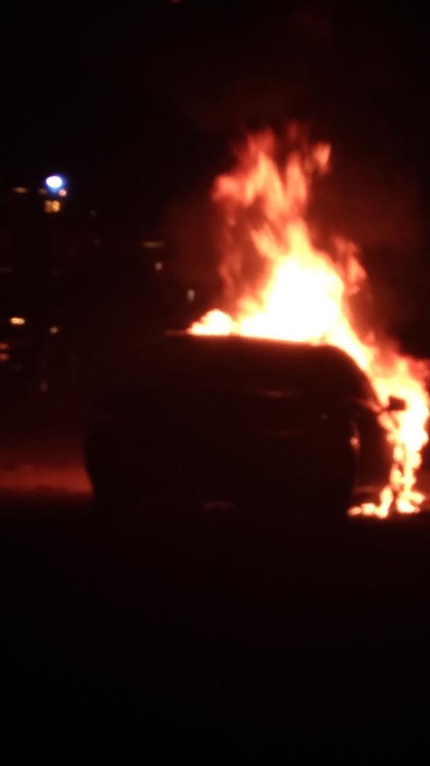 9TV4RjMqAnQ - Ночью в Белово сгорел Mercedes-Benz Автопожар произошёл на Октябрьской. Ночью