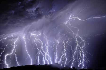Молния является одной из потенциальных причин скачков напряжения