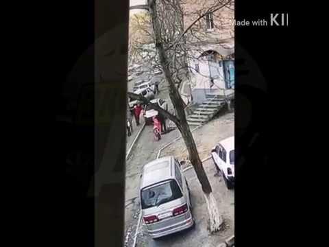 Во Владивостоке водитель сбил на тротуаре семью с ребенком и скрылся