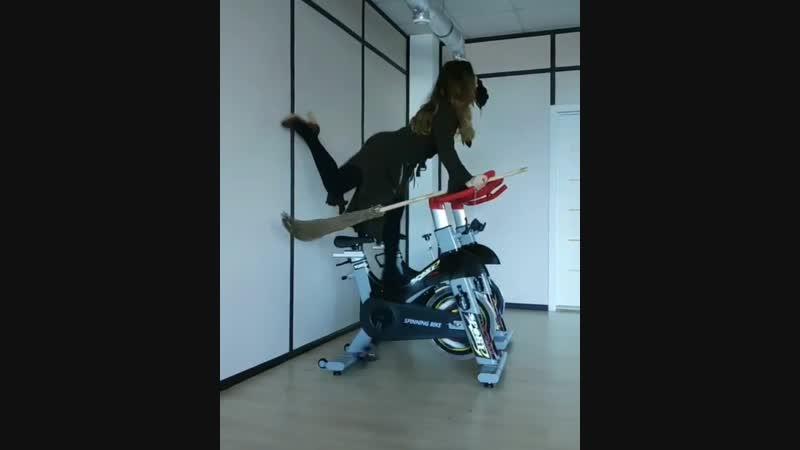Repost @lyudmila_fit ・・・ cycling indoorcycling cycle witch  Оцените актёрское мастерство от нашего креативного тренера 👏👏👏