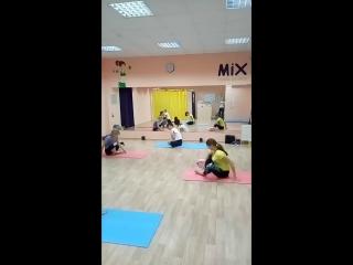 студия фитнеса MIX растяжка на шпагат