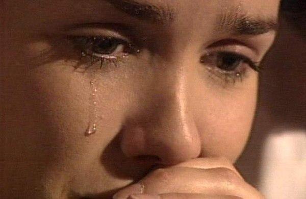 Только мама согреет, только мама простит, Только мама умеет мою душу спасти. Только мама растила, только мама ждала, Только мама любила и меня берегла. Я своею рукою закрываю глаза, Слезы льются рекою, где же мама моя? Что меня успокоит теплым словом своим, Одеялом укроет, скажет: «Доченька спи…» Жизнь моя не в порядке, нахожусь я в бреду. Только мамино сердце, сердце чует беду. Мама ночью рыдала, мама ночь не спала, И рукою крестилась на коленях стоя. Я уже не ребенок, жизнь проходит в пути.…