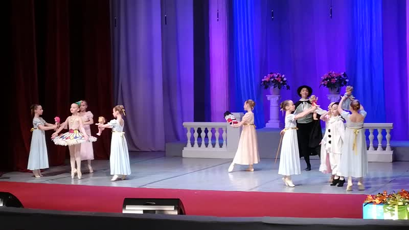 Фрагмент спектакля Щелкунчик.исполняет Образцовый театр танца Плясицы (Аня - кукла, Алёна - Пьеро.)