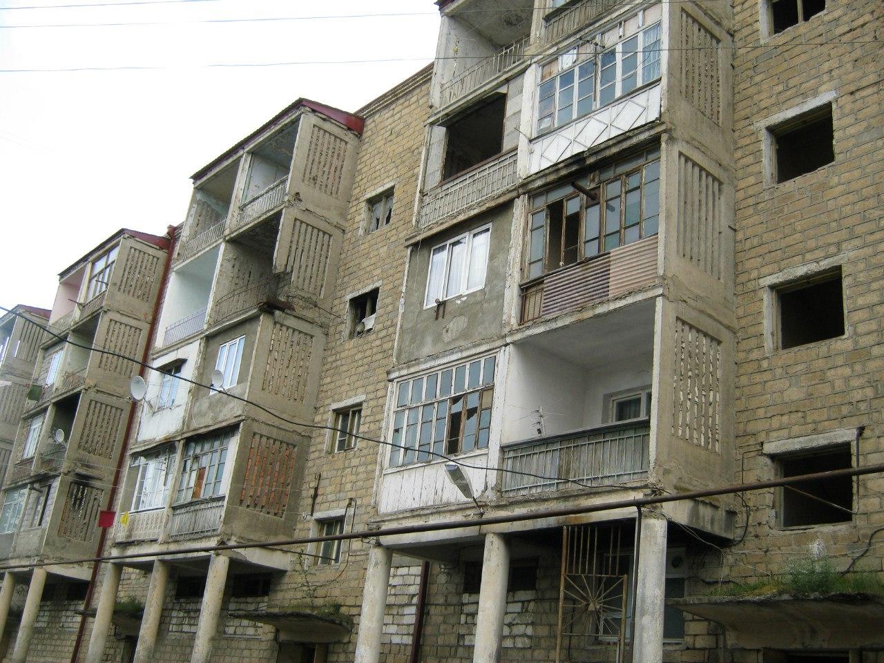 Полуразрушенные дома в Карабахе и Шуши