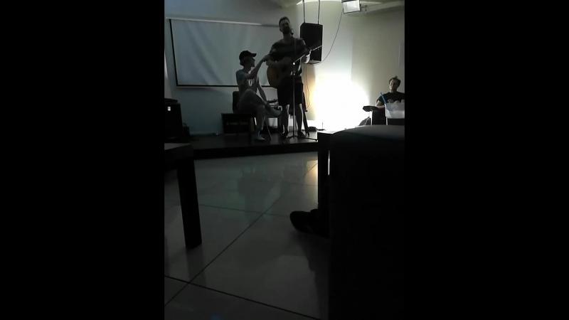 Пост-бард в подвале без микрофона